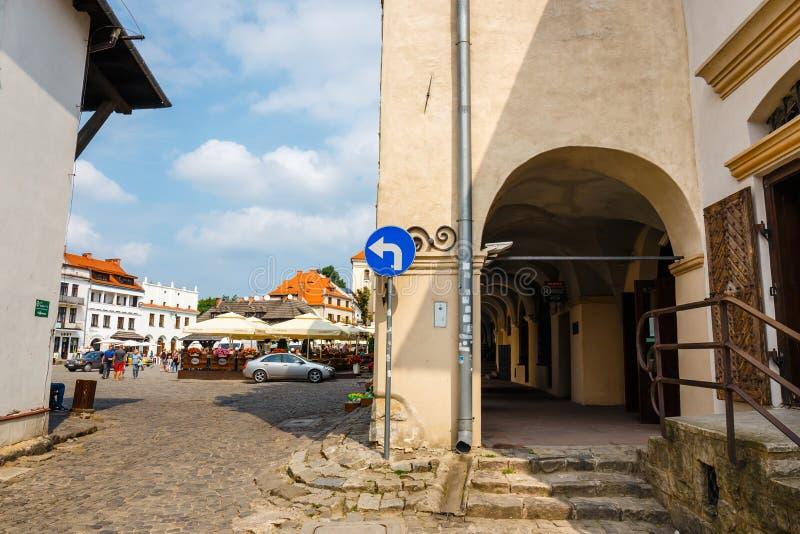 Gente no identificada que camina en la ciudad vieja de Kazimierz Dolny en el río Vistula, Polonia fotos de archivo