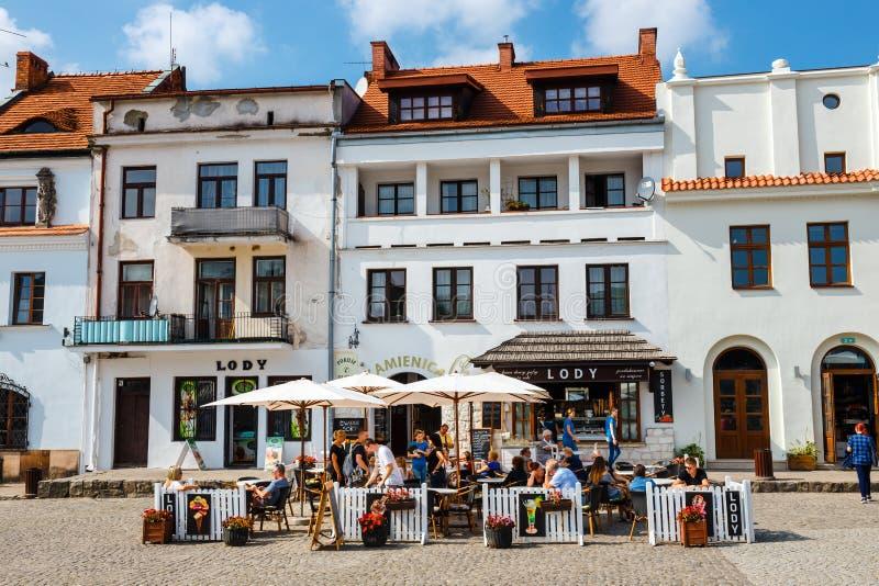 Gente no identificada que camina en la ciudad vieja de Kazimierz Dolny en el río Vistula, Polonia imagen de archivo libre de regalías