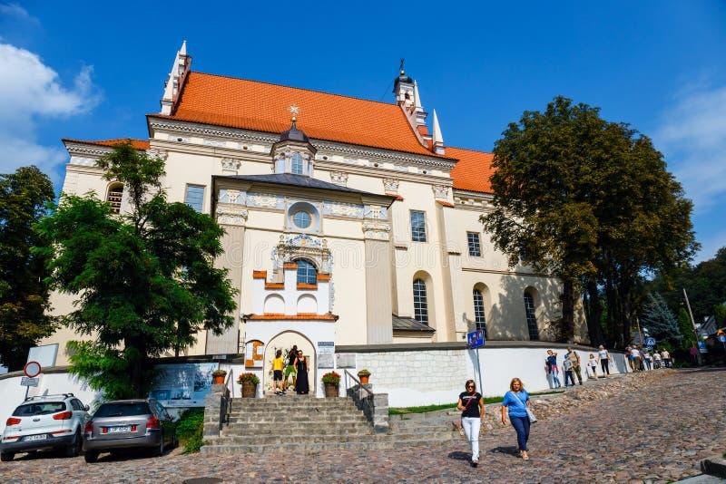 Gente no identificada que camina en la ciudad vieja de Kazimierz Dolny en el río Vistula, Polonia fotos de archivo libres de regalías