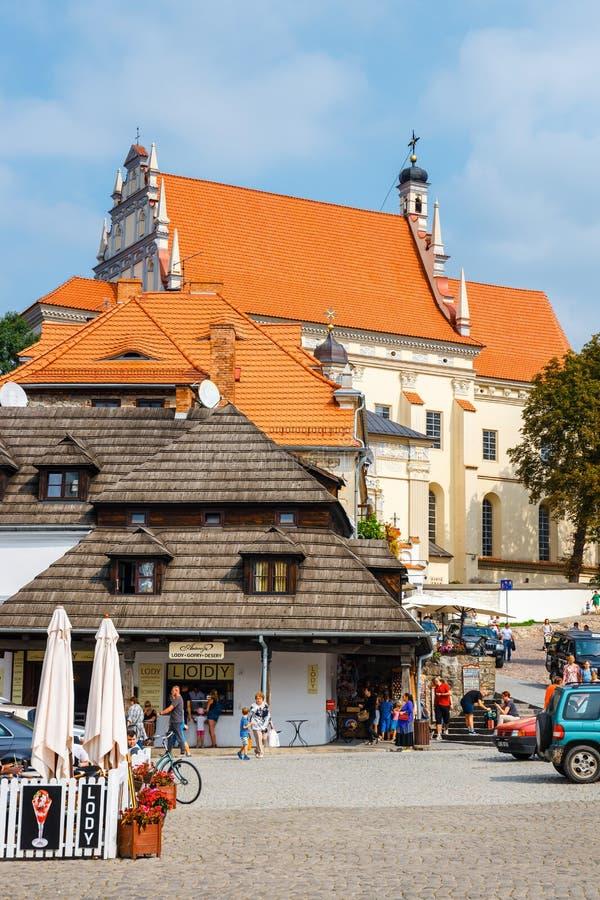 Gente no identificada que camina en la ciudad vieja de Kazimierz Dolny en el río Vistula, Polonia imagen de archivo