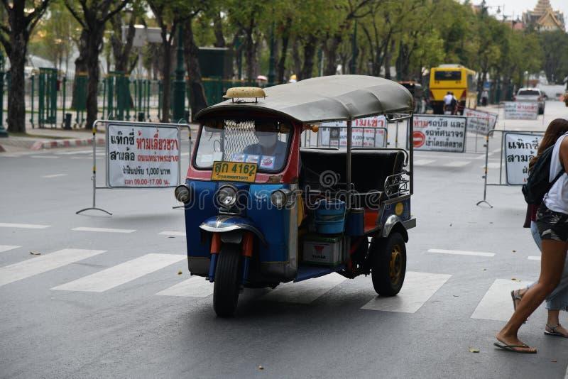 Gente ocupada de la calle de los caminos de los veh?culos en la ciudad de Bangkok fotos de archivo