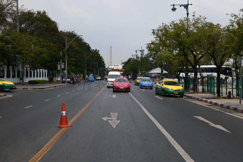 Gente ocupada de la calle de los caminos de los veh?culos en la ciudad de Bangkok imagen de archivo libre de regalías