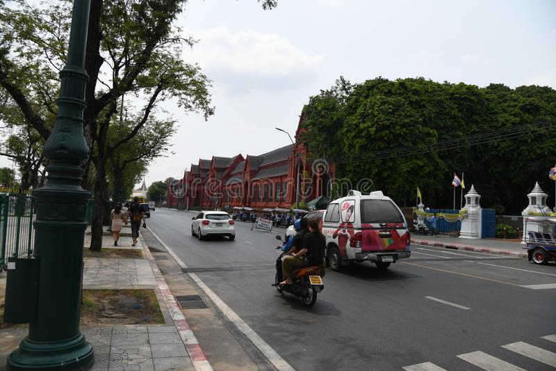 Gente ocupada de la calle de los caminos de los veh?culos en la ciudad de Bangkok foto de archivo libre de regalías