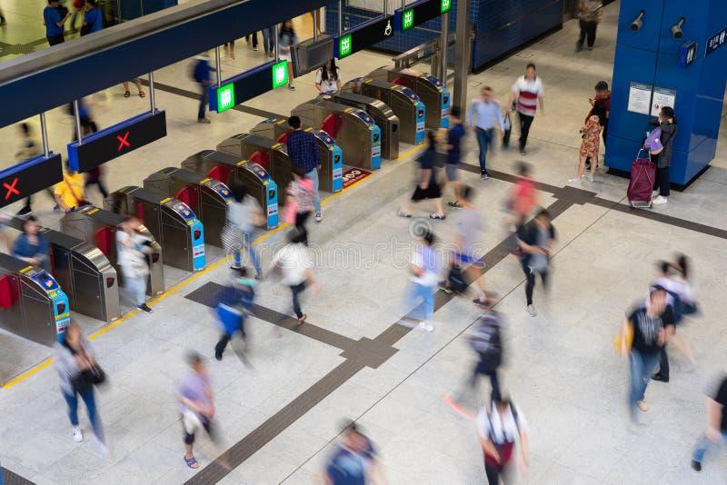 Gente ocupada de la estación de tren de la muchedumbre peatonal del viajero que viaja en el pasillo del boleto de la estación de  imagen de archivo libre de regalías