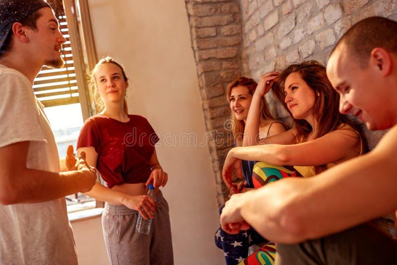 Gente più densa che gode sulla rottura ai balli in studio fotografia stock