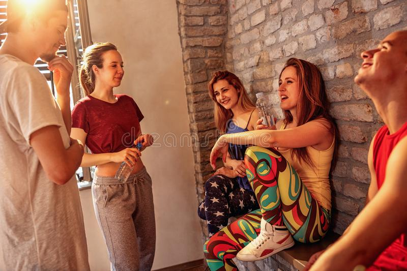 Gente più densa hip-hop sorridente che gode sulla rottura ai balli in stu immagine stock libera da diritti