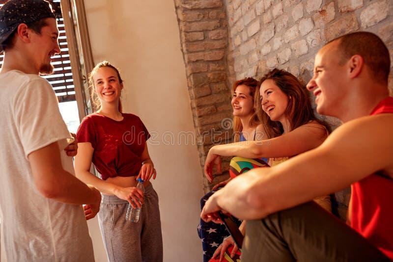 Gente più densa sorridente che gode sulla rottura ai balli in studio fotografie stock libere da diritti