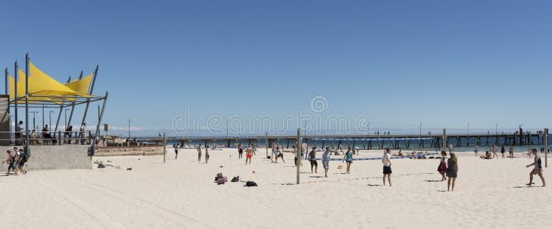 Gente, playa de Glenelg, sur de Australia fotografía de archivo libre de regalías