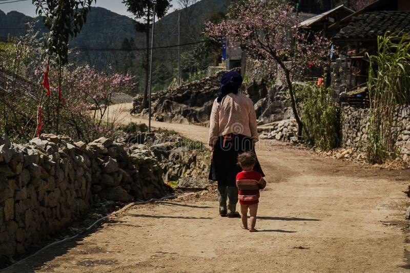 Gente pobre del hmong en montaña fotografía de archivo