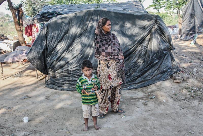 Gente pobre en su hogar imagen de archivo