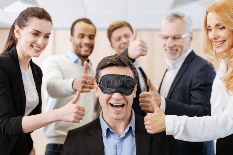 Gente positiva contentissima che sostiene il loro collega immagini stock libere da diritti