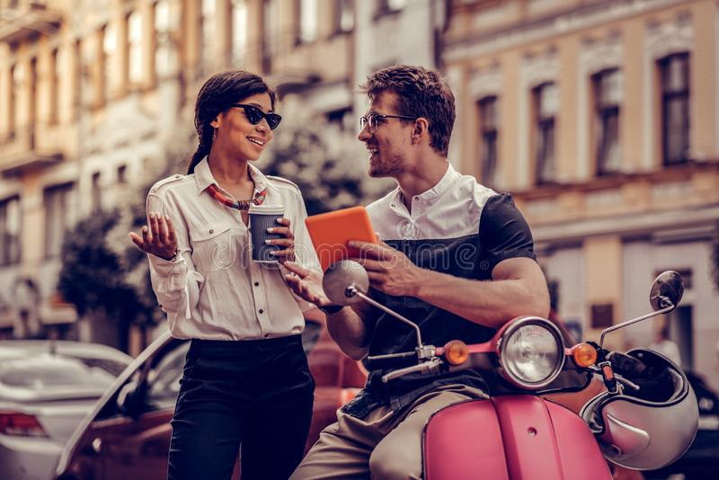 Gente positiva encantada que habla el uno al otro imágenes de archivo libres de regalías