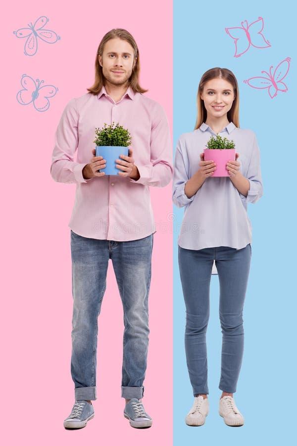 Gente positiva que disfruta de verano y que crece las plantas foto de archivo