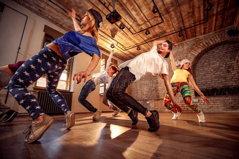 Gente profesional que ejercita el entrenamiento de la danza en estudio fotos de archivo