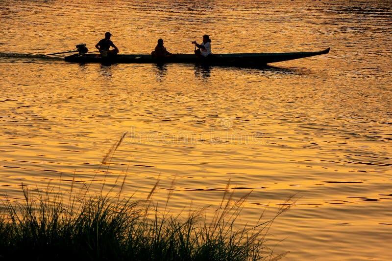 Gente profilata in una barca al tramonto su Nam Song River in Van fotografia stock
