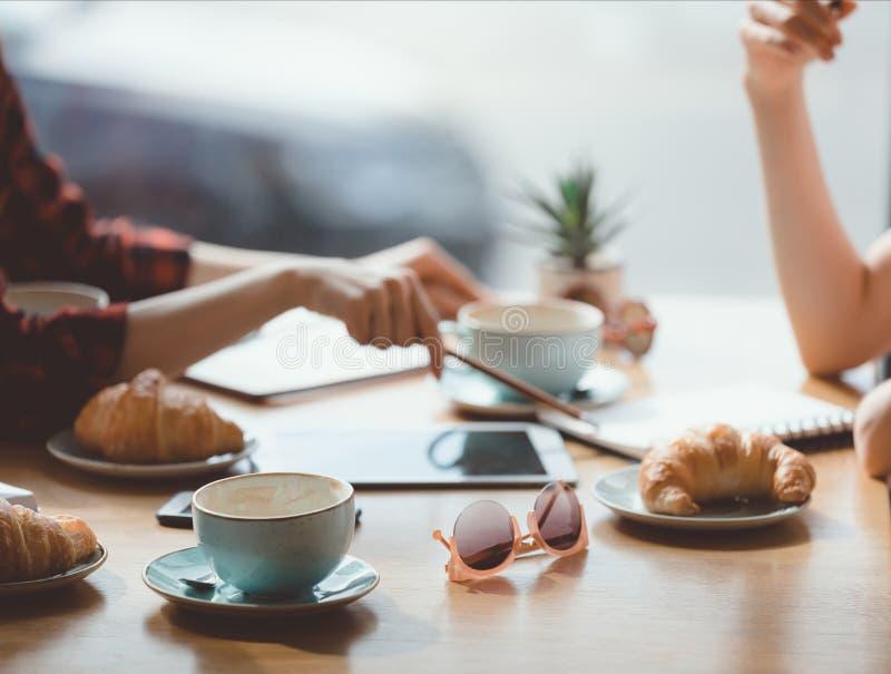 Gente que almuerza en la reunión en café, concepto del almuerzo de negocios fotografía de archivo libre de regalías