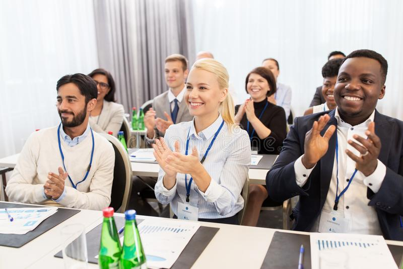 Gente que aplaude en el congreso de negocios fotos de archivo
