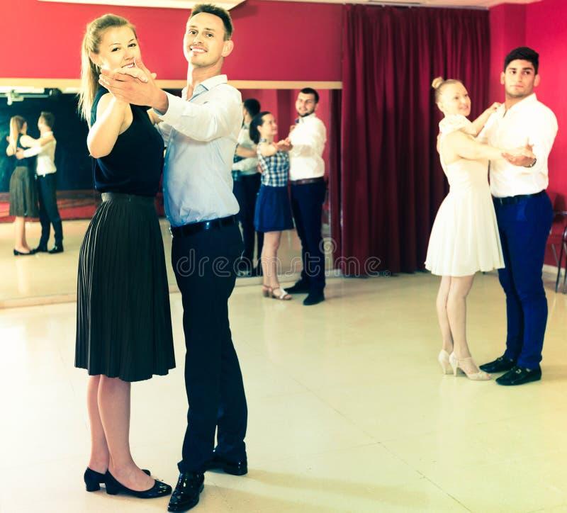 Gente que aprende bailar el vals en clase de baile imagen de archivo