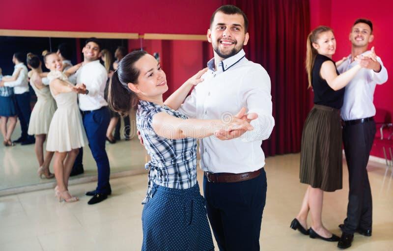 Gente que aprende bailar el vals en clase de baile fotografía de archivo