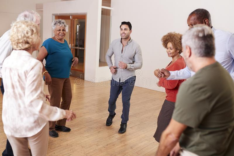 Gente que asiste a la clase de danza en centro de la comunidad fotos de archivo