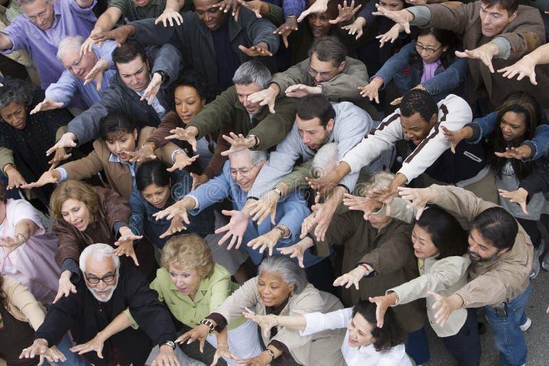 Gente que aumenta las manos juntas foto de archivo
