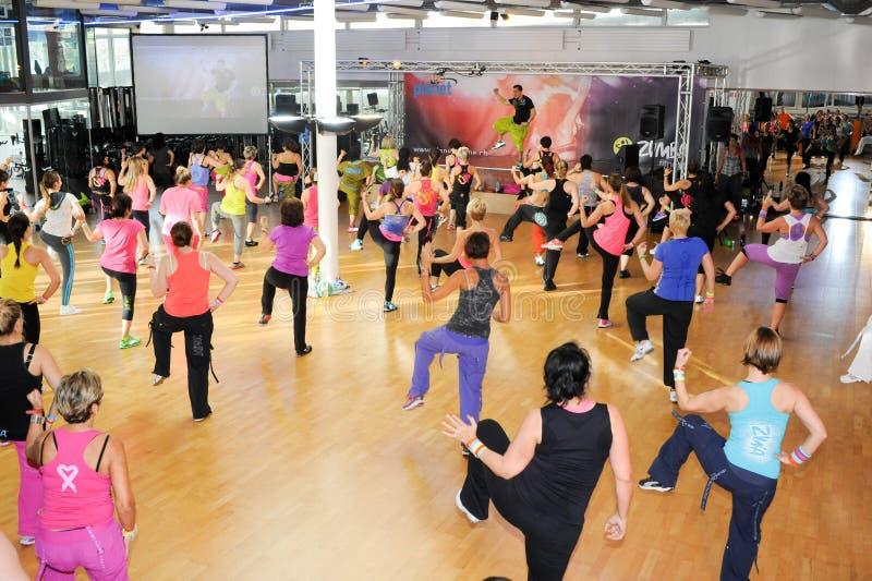 Gente que baila durante aptitud del entrenamiento de Zumba en un gimnasio foto de archivo libre de regalías