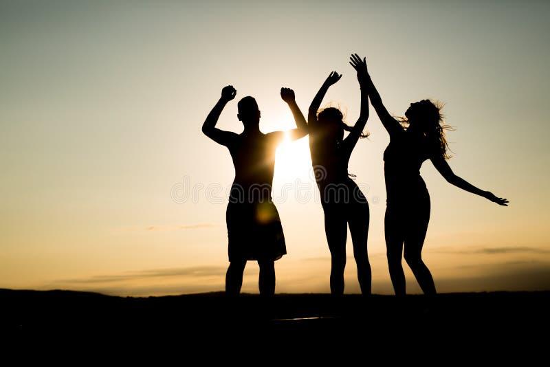 Gente que baila en verano foto de archivo libre de regalías