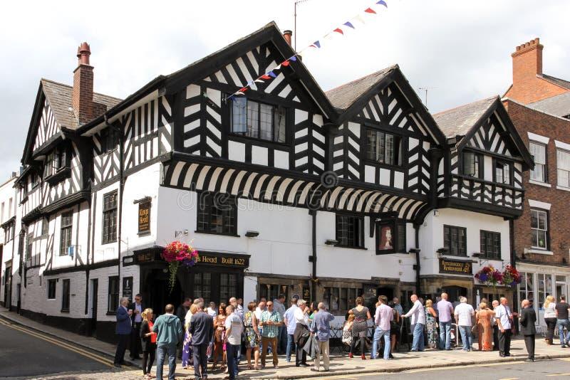 Gente que bebe a reyes exteriores Head Pub. Chester. Inglaterra fotos de archivo