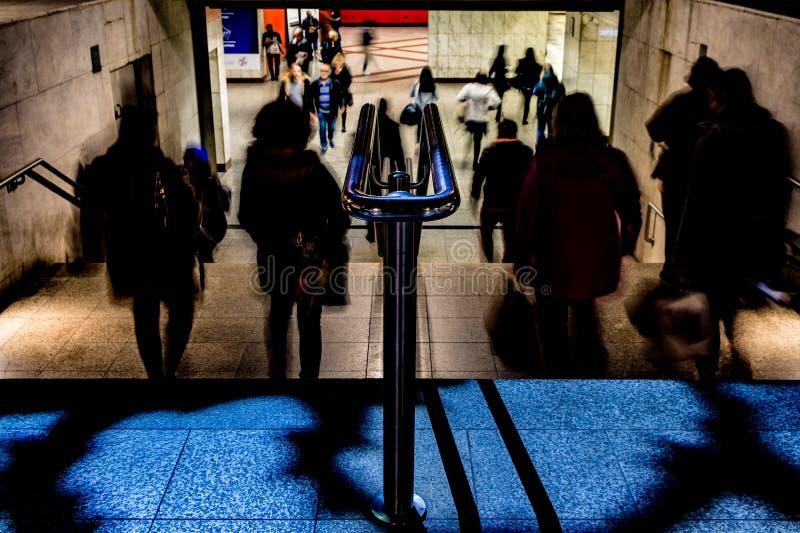 Gente que camina arriba y abajo de las escaleras foto de archivo