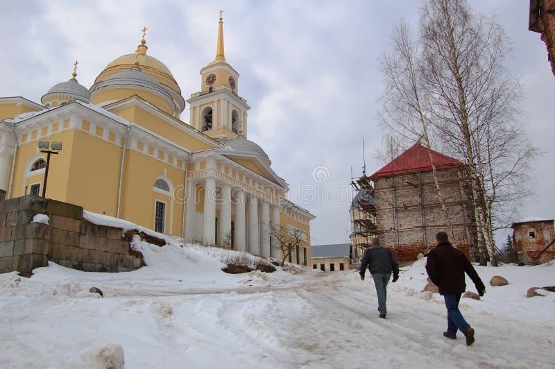 Gente que camina cerca del templo en el invierno imagen de archivo libre de regalías
