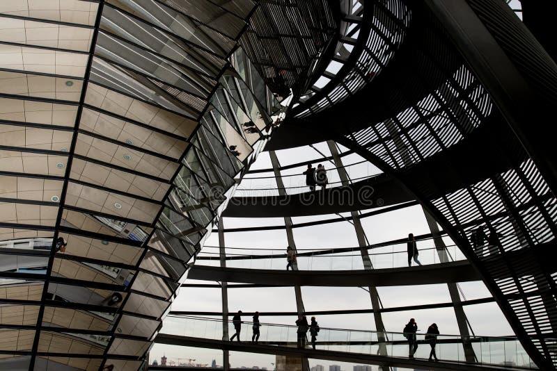 Gente que camina dentro de la bóveda de Reichstag imagenes de archivo