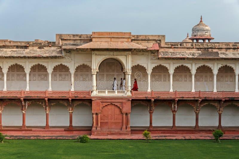 Gente que camina dentro del fuerte de Agra, la India foto de archivo