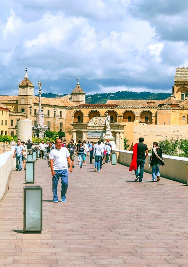 Gente que camina en Córdoba imagenes de archivo