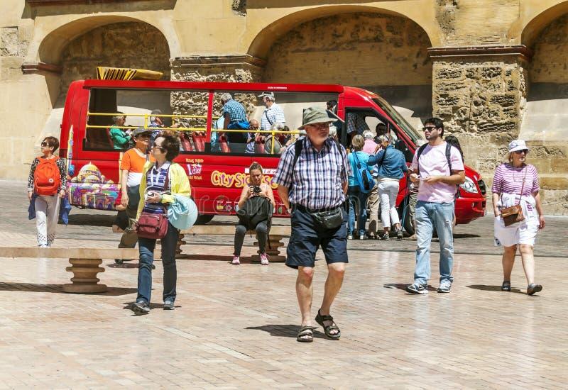 Gente que camina en Córdoba foto de archivo