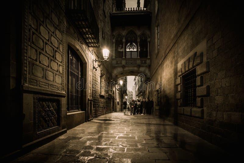 Gente que camina en Carrer del Bisbe en Barri Gotic fotografía de archivo libre de regalías