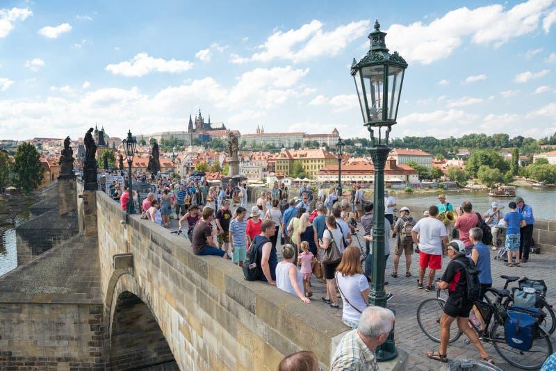Gente que camina en Charles Bridge - la Praga famosos imágenes de archivo libres de regalías