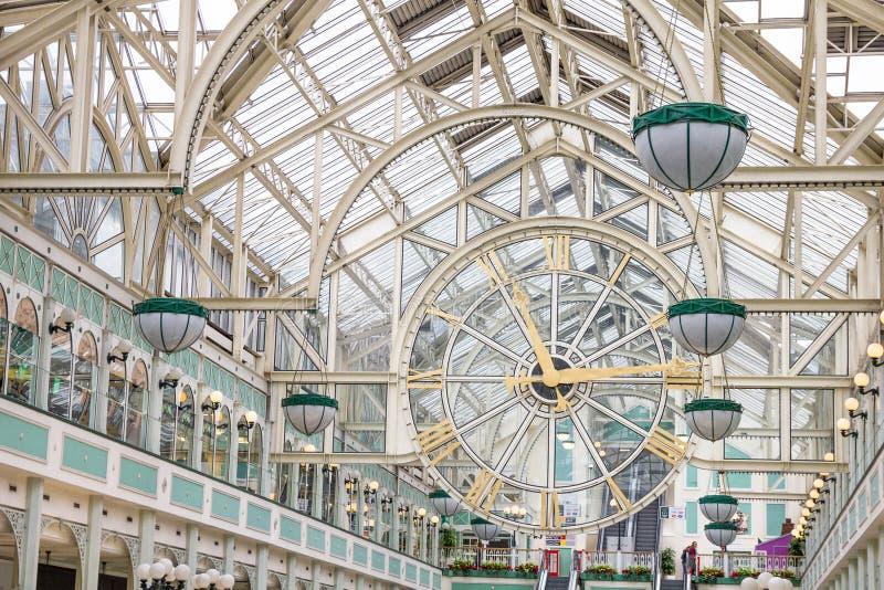 Gente que camina en el centro comercial verde del Stephen, Dublín fotografía de archivo libre de regalías