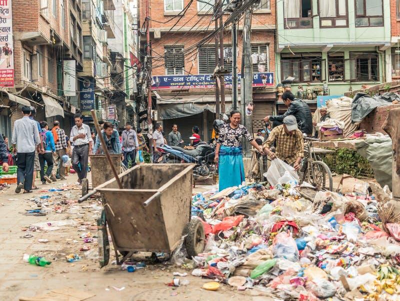 Gente que camina en el cuadrado de Durbar en Katmandu foto de archivo
