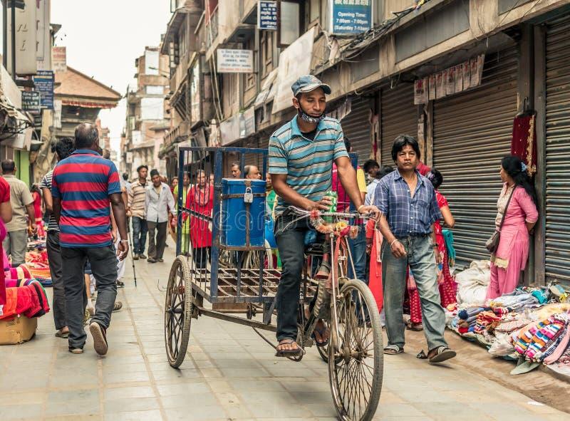 Gente que camina en el cuadrado de Durbar en Katmandu imagenes de archivo