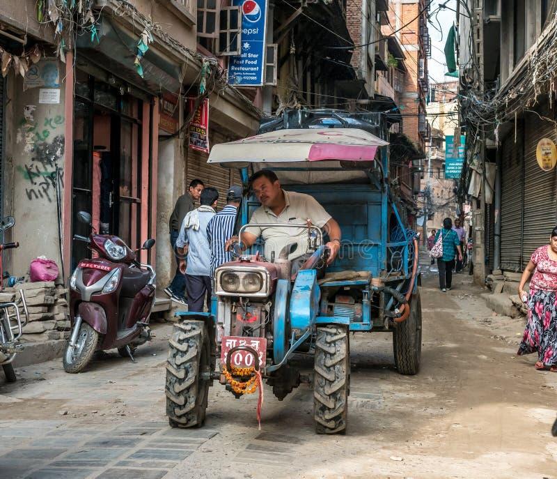 Gente que camina en el cuadrado de Durbar en Katmandu foto de archivo libre de regalías