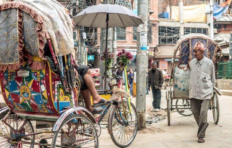 Gente que camina en el cuadrado de Durbar en Katmandu fotos de archivo
