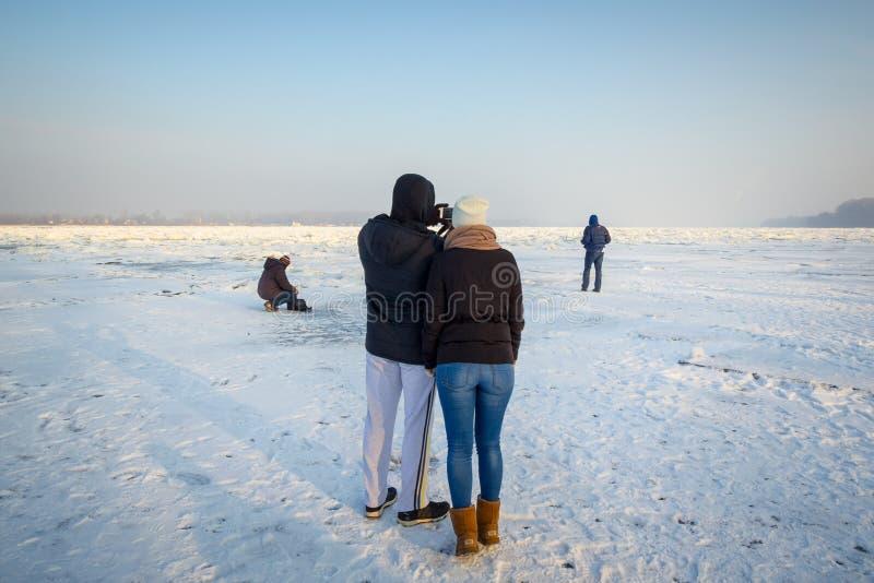 Gente que camina en el Danubio congelado en Belgrado, Serbia, en enero de 2017 debido a un tiempo excepcionalmente frío sobre los imagen de archivo