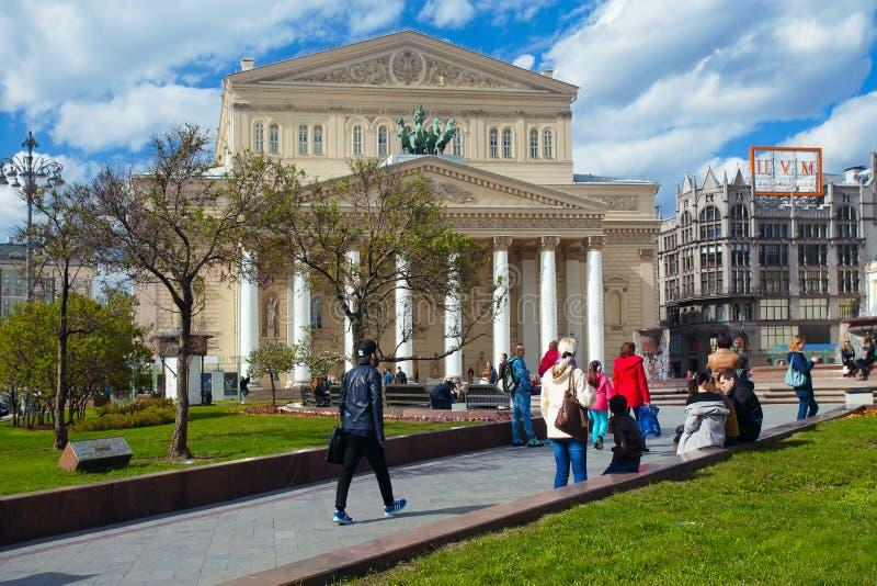 Gente que camina en el edificio del teatro de Bolshoi en Moscú fotos de archivo