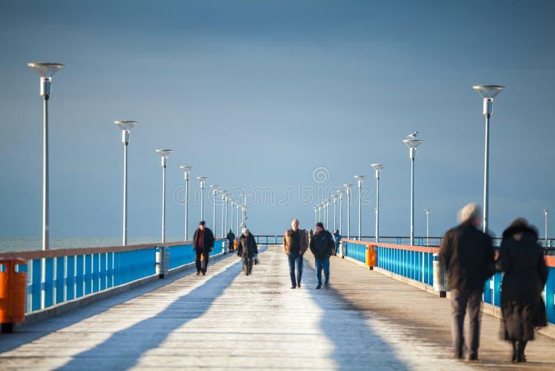 Gente que camina en el embarcadero fotos de archivo