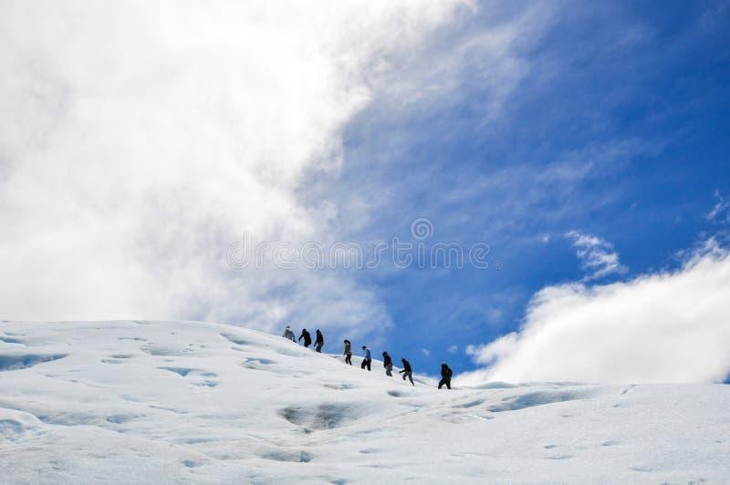 Gente que camina en el glaciar de Perito Moreno imágenes de archivo libres de regalías