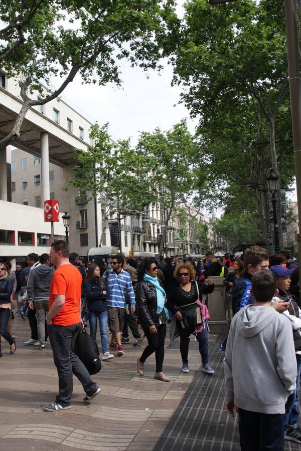 Gente que camina en el La Rambla del bulevar en Barcelona fotos de archivo libres de regalías