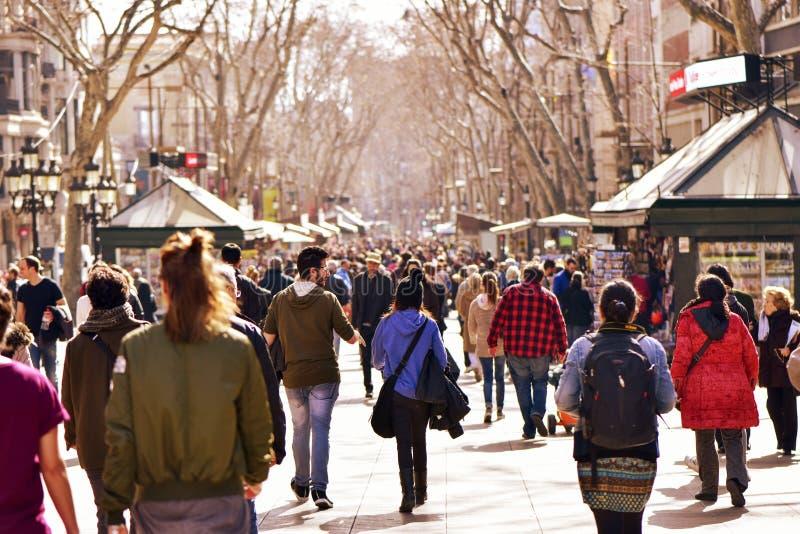 Gente que camina en el La Rambla, en Barcelona, España imagenes de archivo