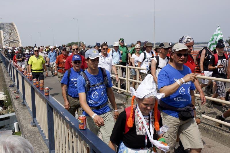 Gente que camina en el puente de Nimega imagen de archivo libre de regalías