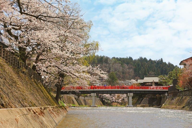 Gente que camina en el puente rojo de Nakabashi durante la primavera en Takayama foto de archivo