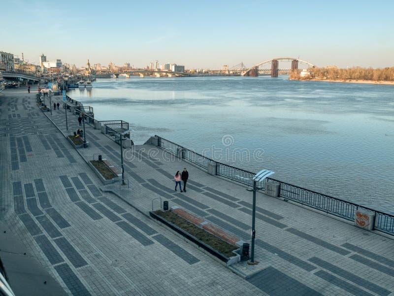 Gente que camina en el terraplén del río de Dnipro en la estación del río de la ciudad en Kiev fotos de archivo